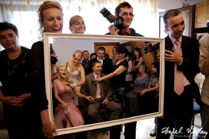 """Fotografia """"Picture in picture"""" - umor la gatitul miresei in oglinda."""