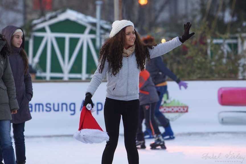 hi-patinatoarea-caciula-rosie-craciunita