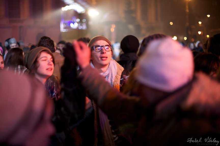 tineri-indragostiti-revelion-strada-Bcuresti