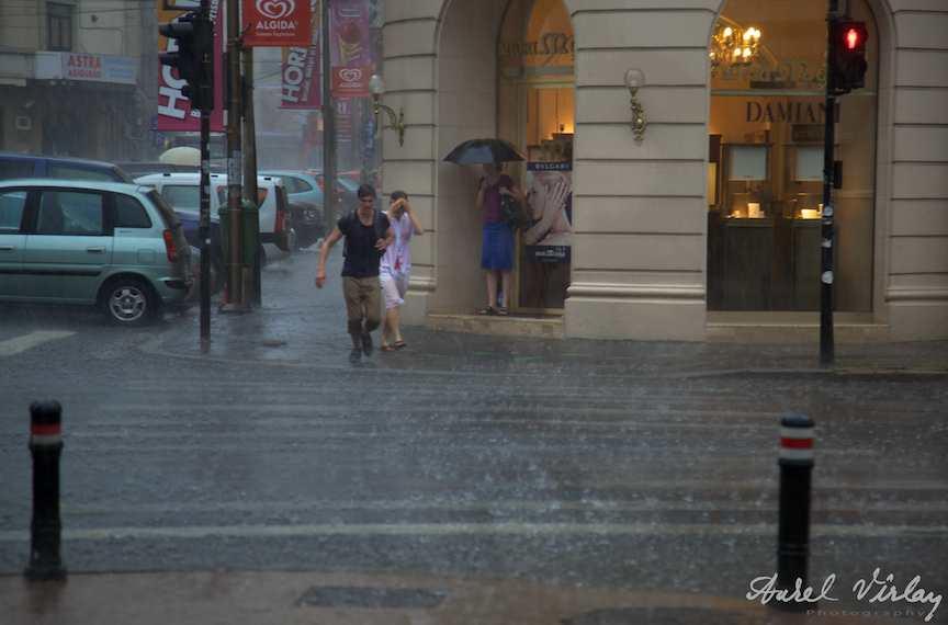 Fotojurnalism-ploaie-strada-fugarii