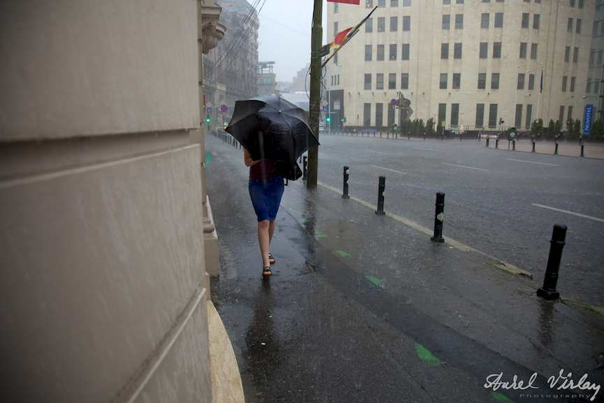 Fotojurnalist strada femeie pe timp de ploaie