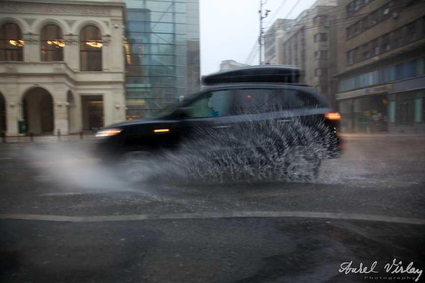 Fotografie-masina-teren-vreme-ploioasa