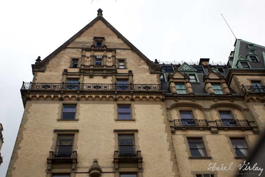 La etajul 4 locuieste Yoko Ono, singurele ferestre fara perdele.