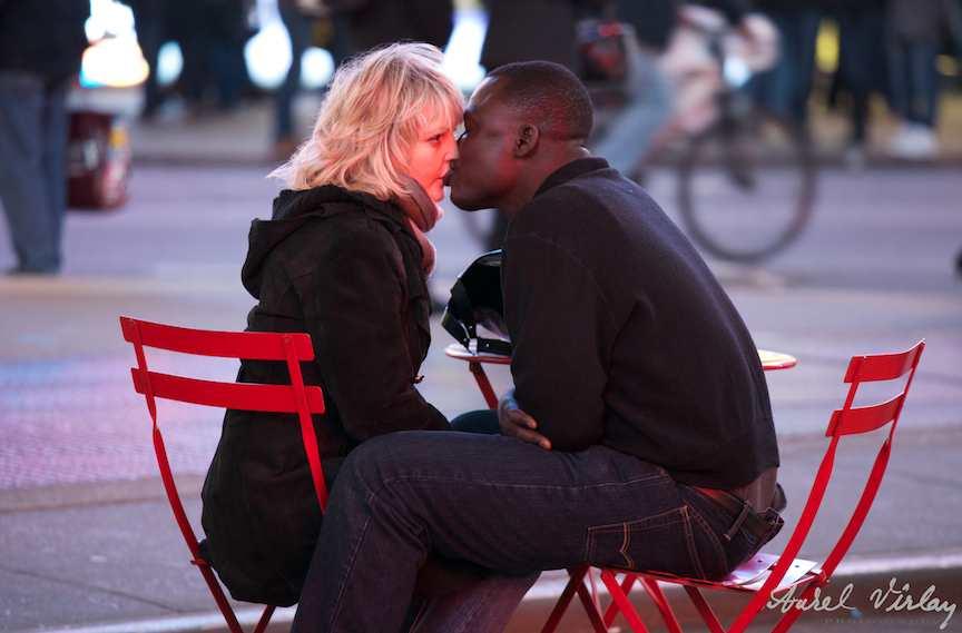 Fotografii-USA-newyork-cuplu-blonda-negru-sarut