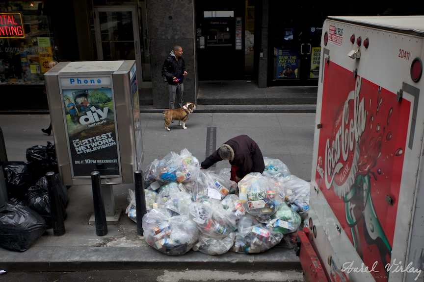 Fotoreportaj strada cu doua simboluri americane: Homeless si Coca-Cola.
