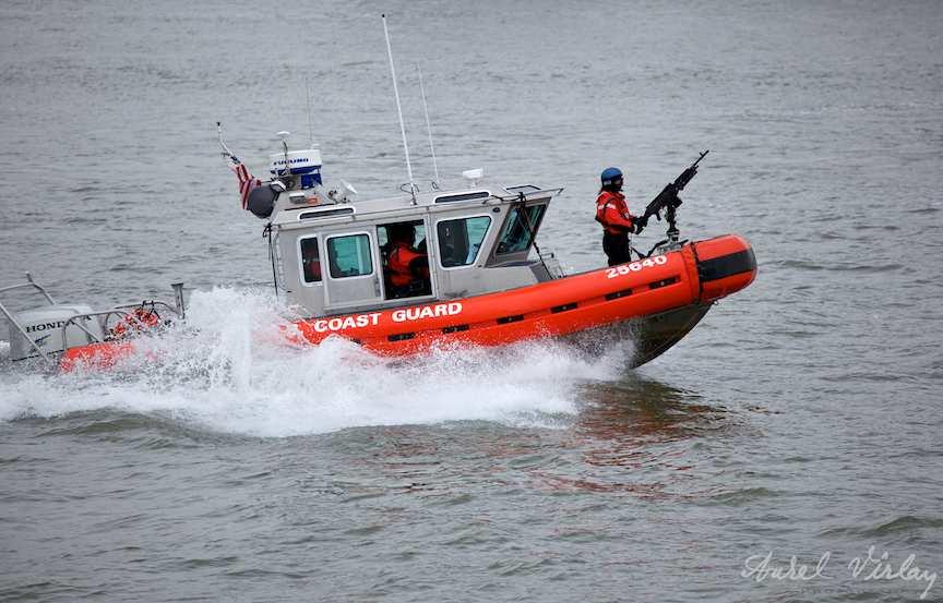 Paza de coasta New York - femeia soldat cu mitraliera in barca de viteza.