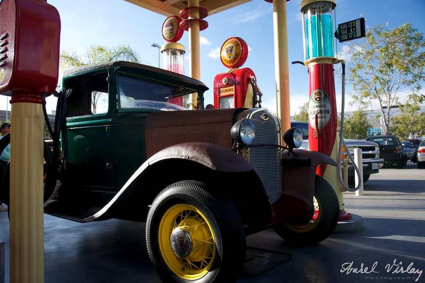 Masina epoca la statia benzina - Fotografie circuit turistic Los Angeles.