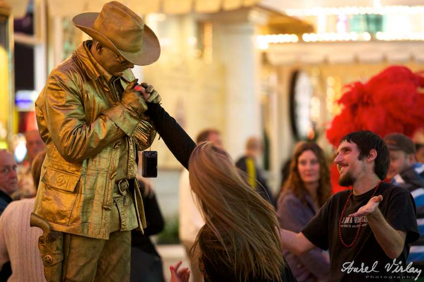 Fotografie strada Las Vegas - Cuplu amorezi si actor statuie.