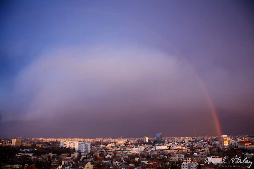 Curcubeul deasupra Bucurestiului intr-o fotografie aeriana stativ timp lung.