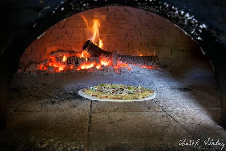 Fotografie pizza facuta la cuptor cu lemne la Top Studios Grecia.