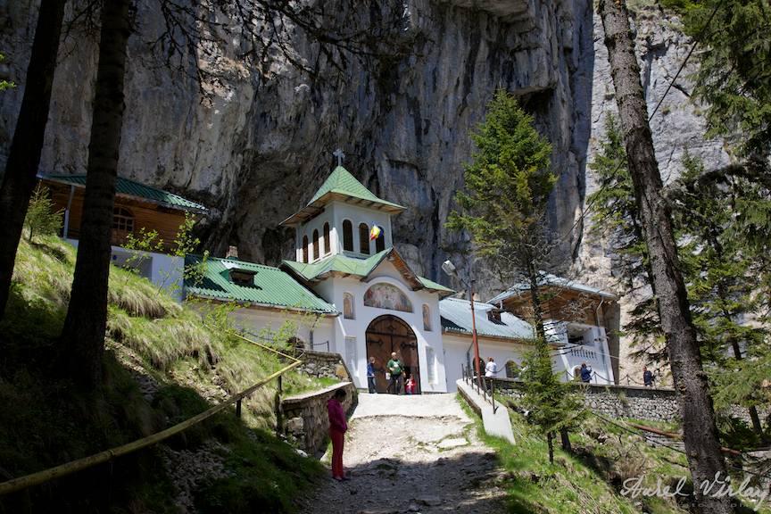 Fotografie ansamblu Manastirea Pestera Ialomitei din Muntii Bucegi
