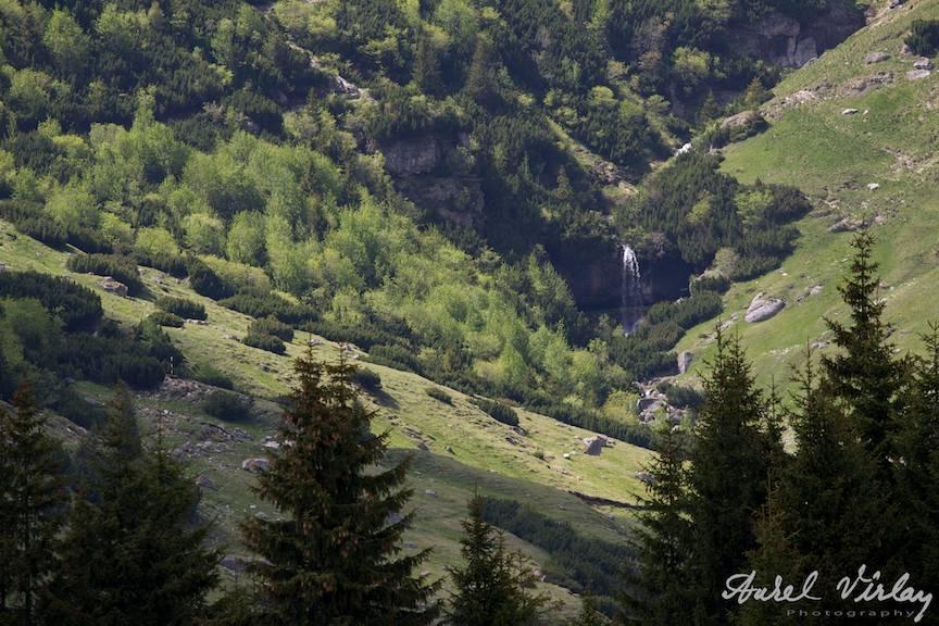 Cascada Doamnele reper pentru urcusul spre culmea de vest a Muntilor Bucegi.
