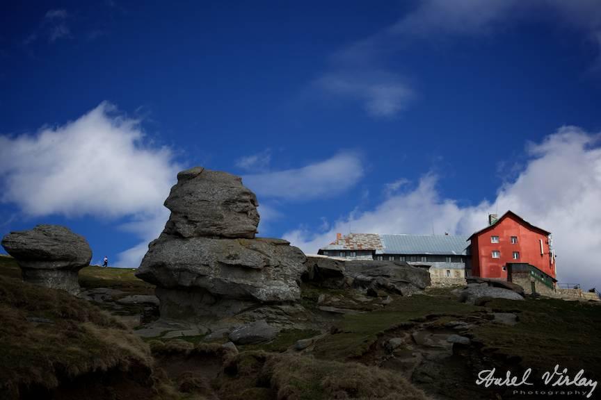 Cabana Babele din mijlocul Platoului Bucegi - Fotografie din traseul crucea albastra de la Pestera.
