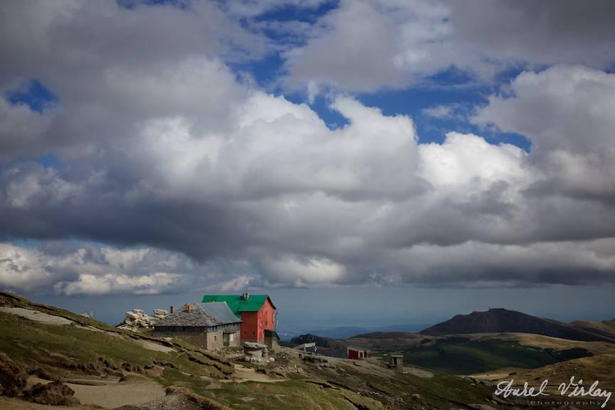 Fotografie peisaj de altitudine - Cabana Babele cu Cerul plin de nori ca personaj in cadru!
