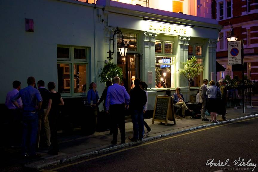 Kensington-district-London-UKpub-people-drinking-beer-wine