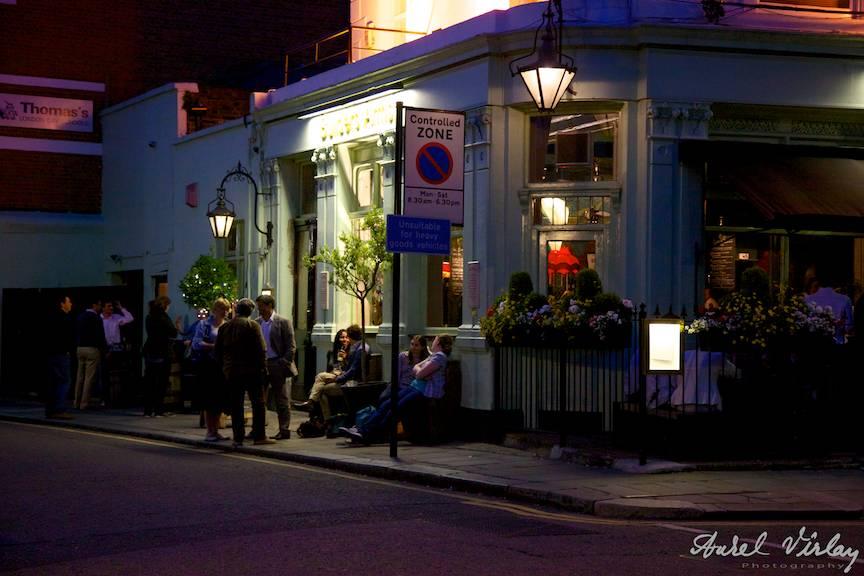Kensington-district-London-pub-people-drinking-beer-wine