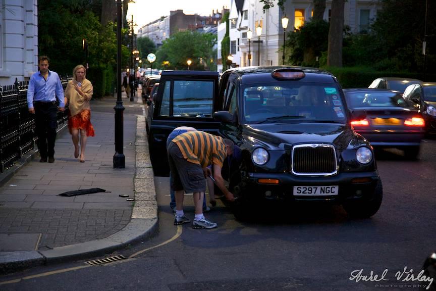 London-taxi-by-night-United-Kingdom
