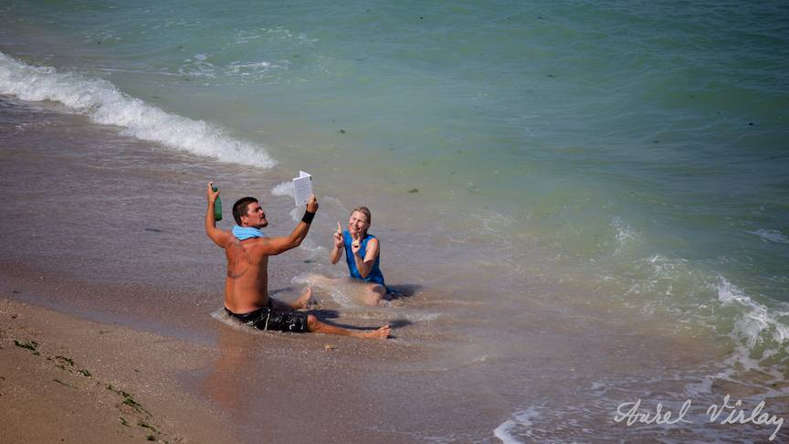 Poezie si bere in valurile Marii Negre pe plaja El Comandante.