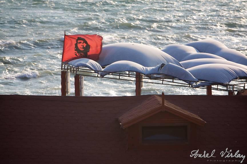 Steagul El Comandante fluturat de briza Marii Negre.