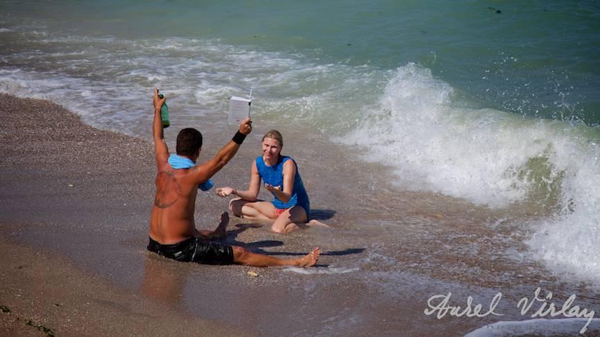 tineri-plaja-vamaveche-moment-poetic-apa-marea-neagra