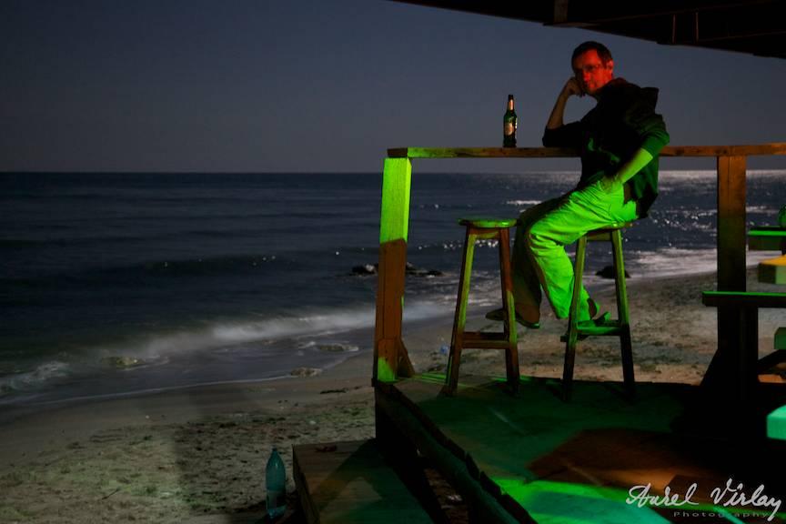 Fotografie portret vamaiot cu Aurel Virlan la o bere sub clar de Luna la El Comandante.