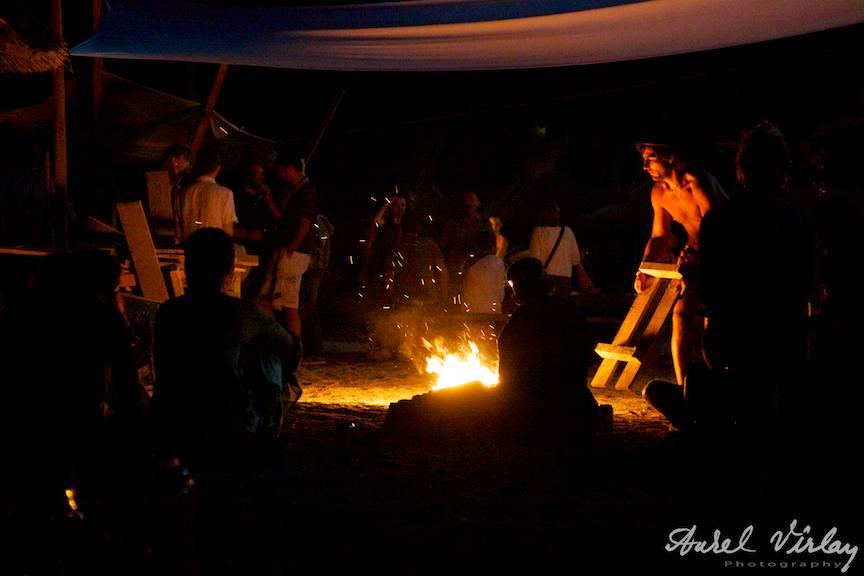 Fotografie-foc-tabara-plaja-Vama-Veche-Molotov