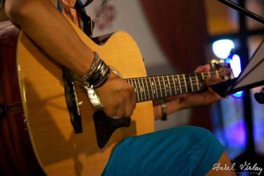 Detaliu fotografic de chitara intr-o noapte de vara la Vama Veche.