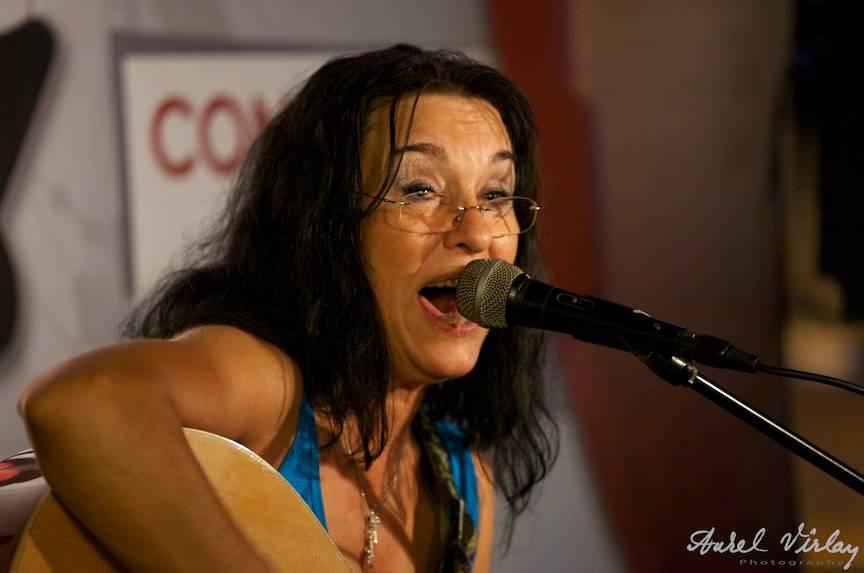 Portret fotografic din concert al Zoiei Alecu - lansare album Printre Lupi.