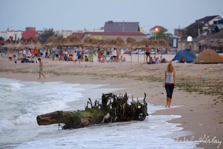 Fotografii-Vama-Veche-sfarsit-sezon-bustean-oameni-plaja