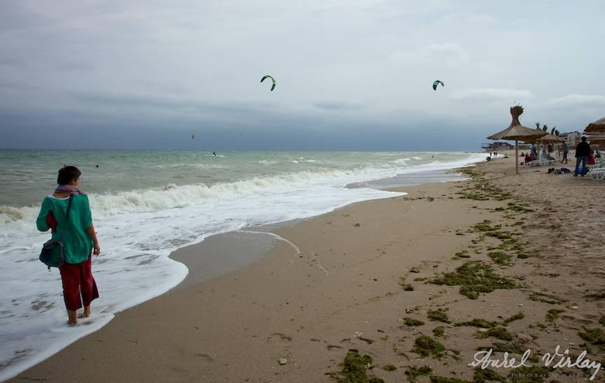 Fotografii-Vama-Veche-femeia-verde-plimbare-spuma-valurilor-plaja