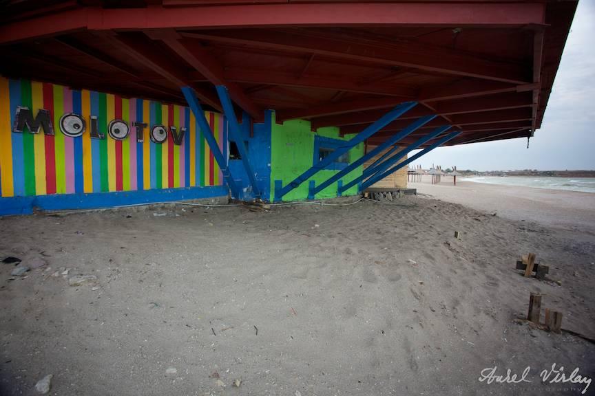 Fotografii-Vama-Veche-pustietatea-plajei-la-barul-Molotov-parasit