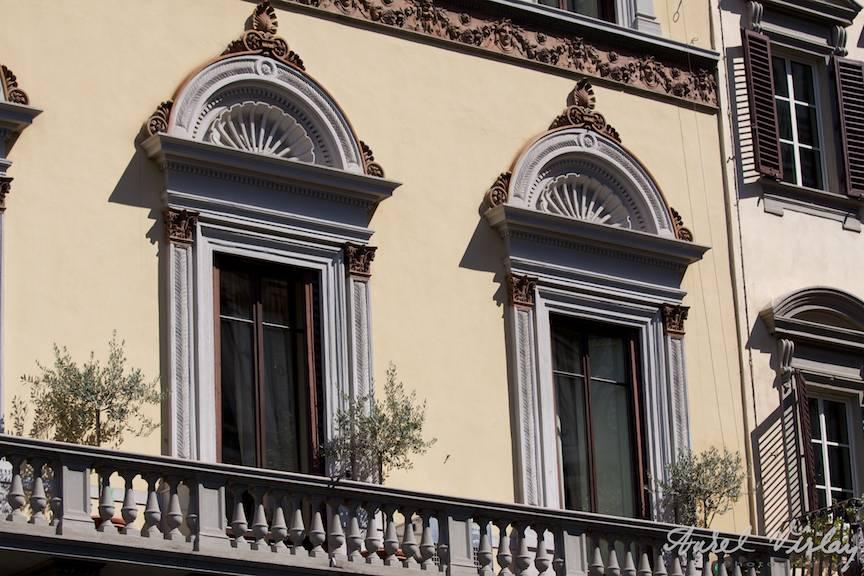 Ferestre-florentine-fotografiate-in-lumina-apusului-de-soare