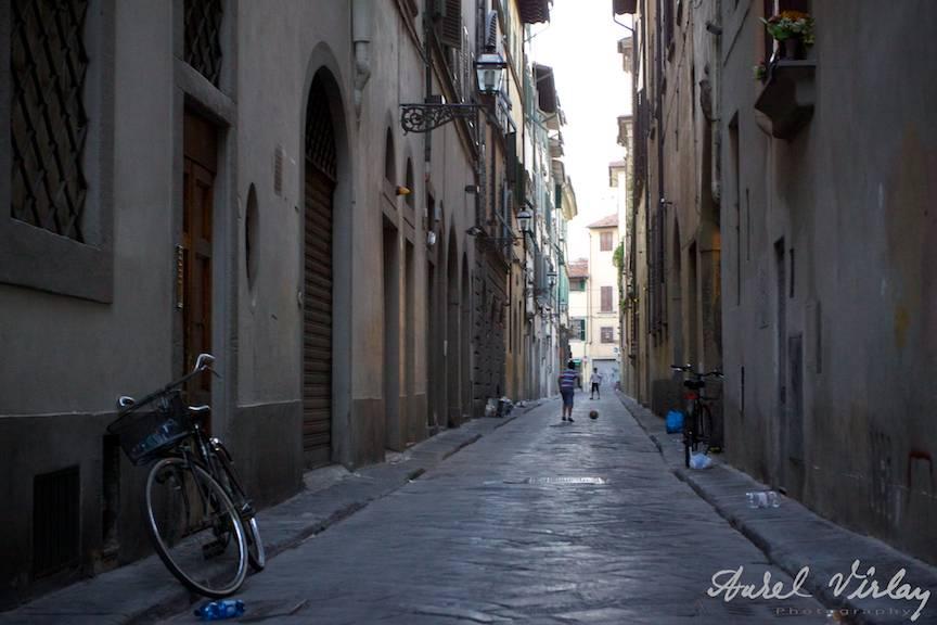 Italia-Florenta-Fotografii-strada-bicicleta-copii-jucand-fotbal