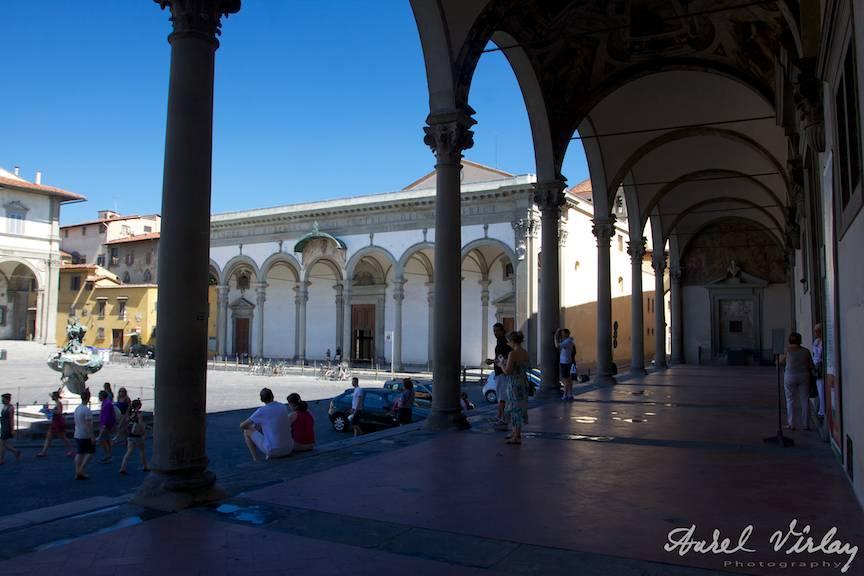 Italy-Firenze-architecture-Street-Photojournalism-coloane-amorsa-in-fotojurnalismul-de-strada