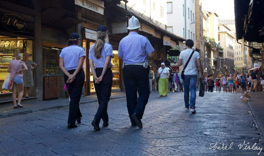Italy-Firenze-police-ponto-vechio-Street-Photojournalism-Aurel-Virlan-fotojurnalist