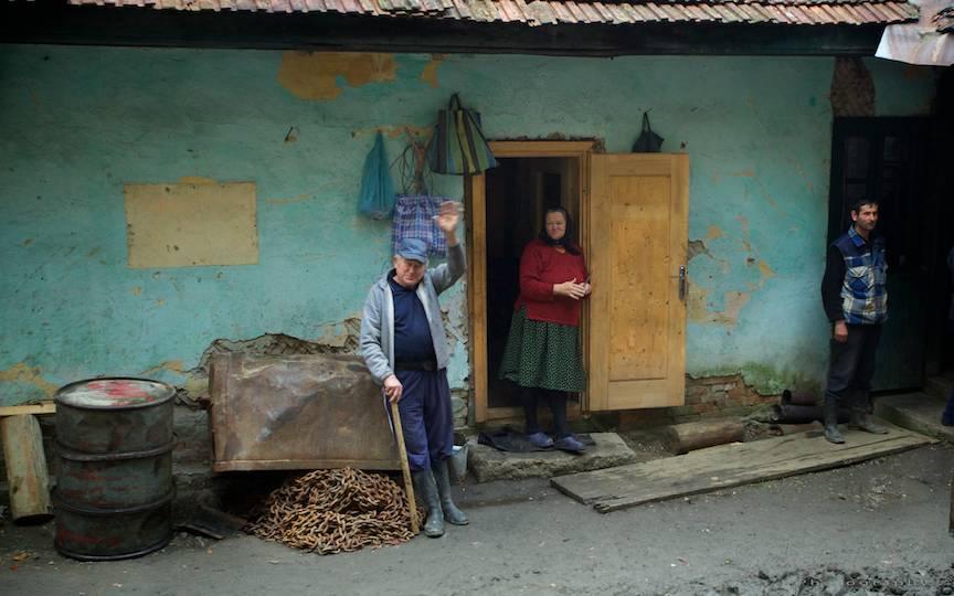 maramureseni-salutand-Mocanita-old-train-landscape=photography-photojournalism-Aurel-Virlan-29