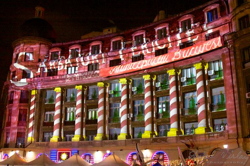 Joc de lumini pe cladiri la Bucharest Christmas Market.