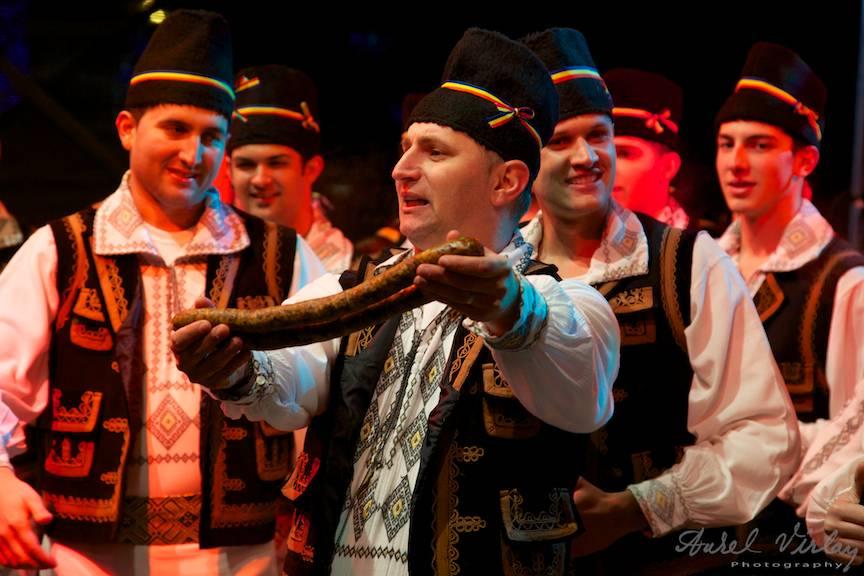 Carnati traditionali in Festivalul Muzica Populara Bucuresti