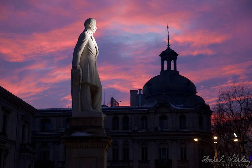 Apus de soare siclam cu statuie Spiru C. Haret