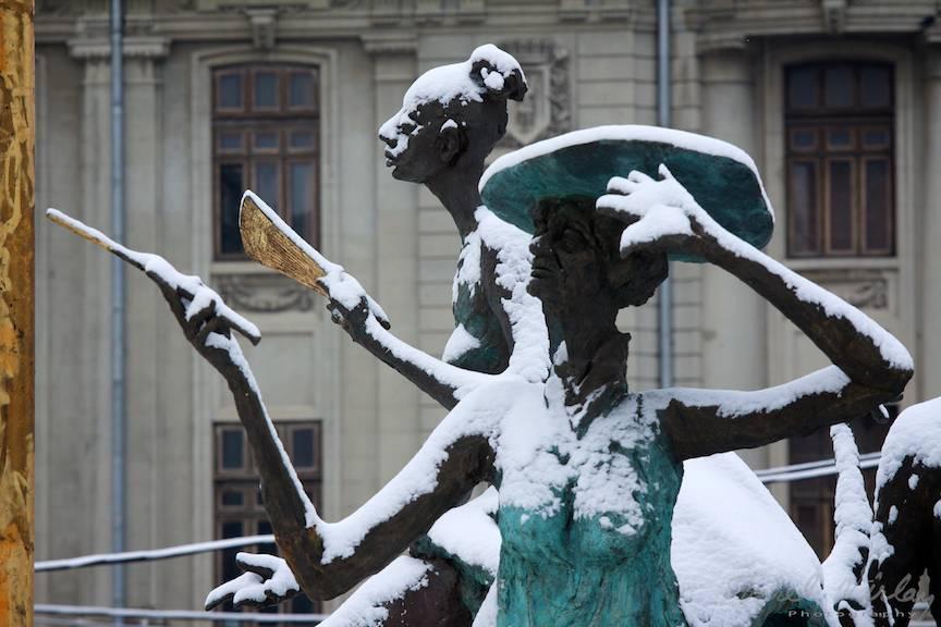 iarna Bucuresti Doua doamne statui FotoAurelVirlan