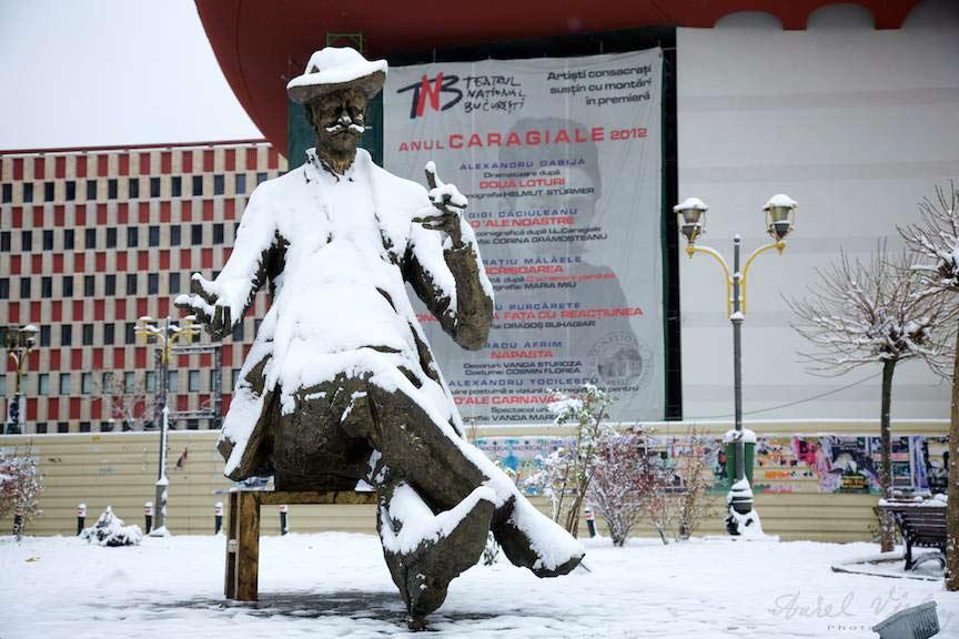 Iarna-Bucuresti Fotografie Statuia-Ion-Luca-Caragiale