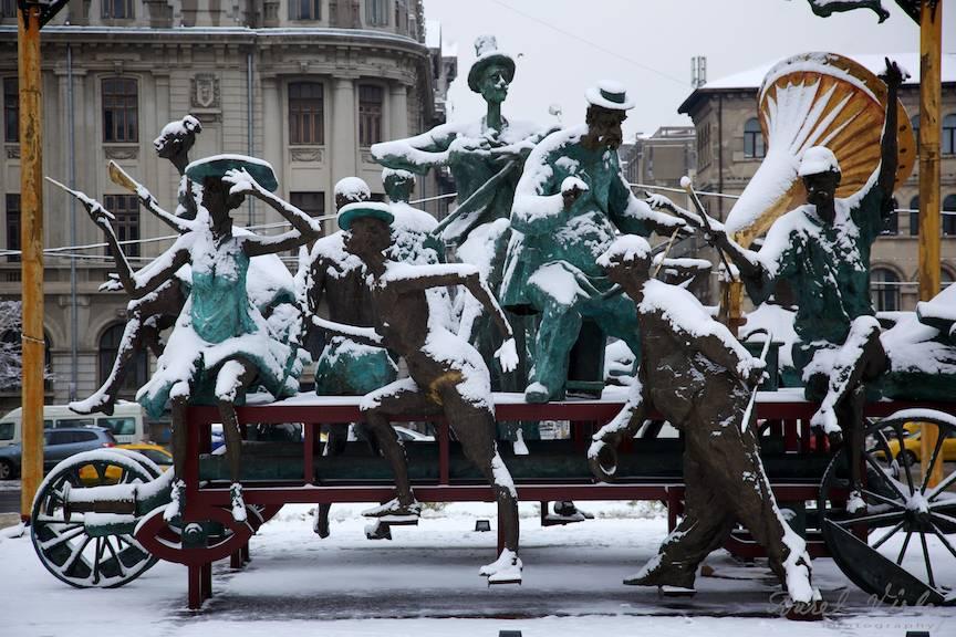 Iarna-Bucuresti grup statuar il caragiale teatrul national