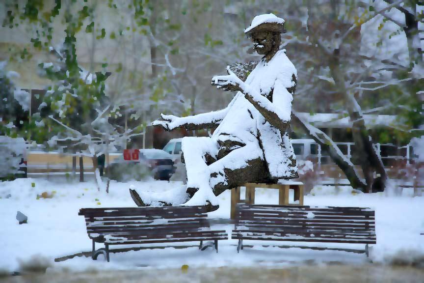 Iarna-Bucuresti prima zi ninsoare statuia lui Caragiale