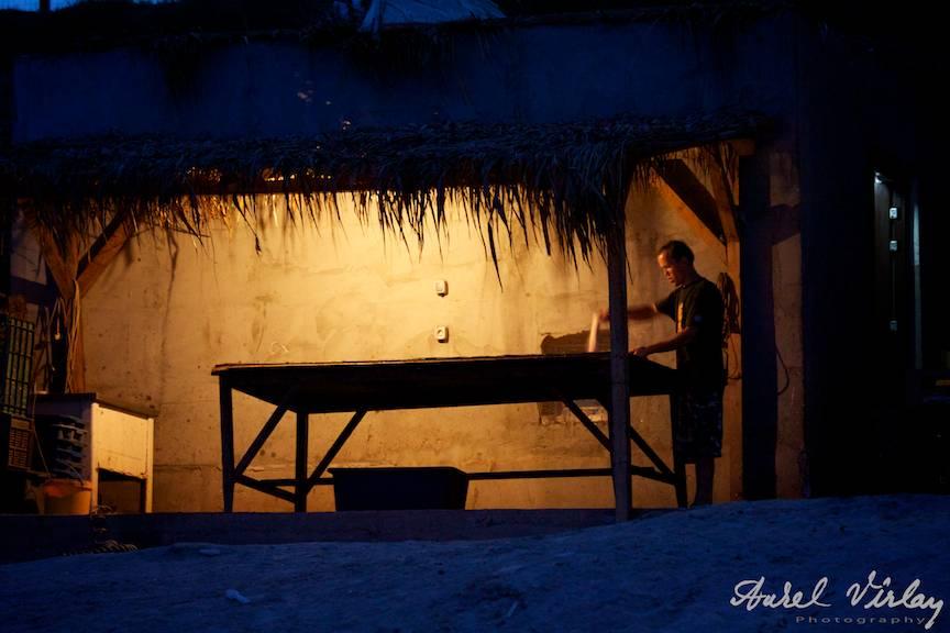 Portret de pescar in clar-obscur lumina unui bec.