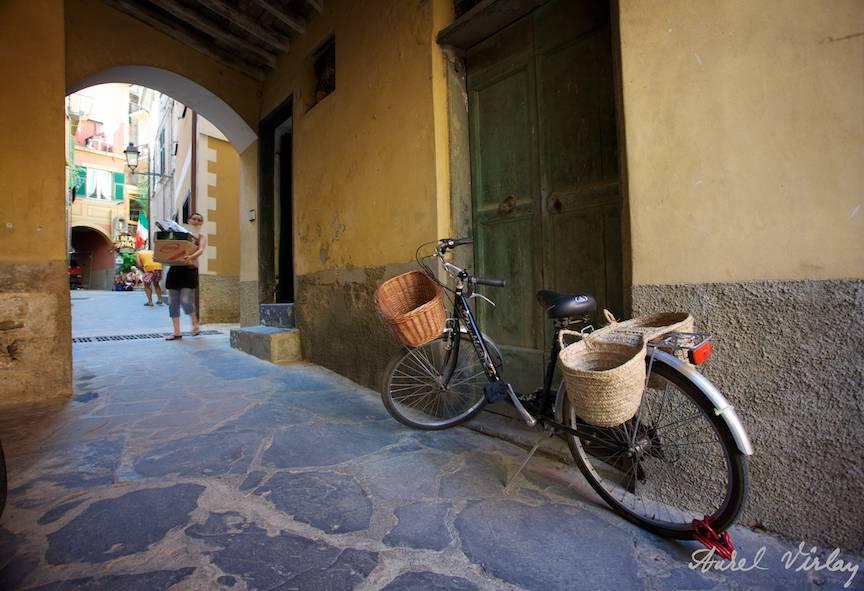 Street photojournalism with bike Italy-Cinque-Terre-Photographs-AurelVirlan