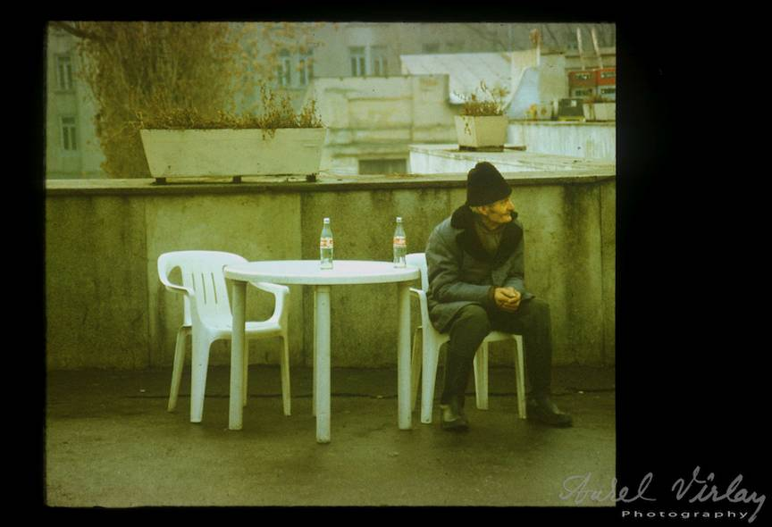 Fotoreportaj Strada Bucuresti batran singur doua sticle coca-cola