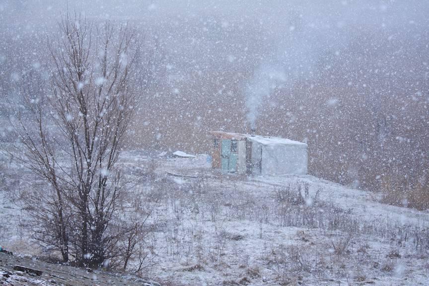 Zapada-mieilor peisaje foto Bucuresti-iarna baraca improvizata homeless