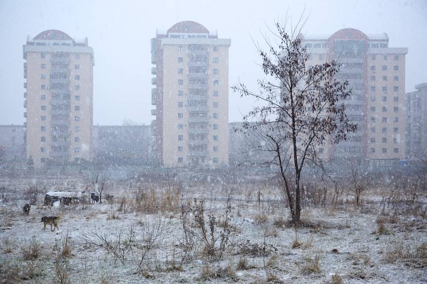Apartamente rezidentiale intr-un peisaj foto citadin de iarna bucuresteana.