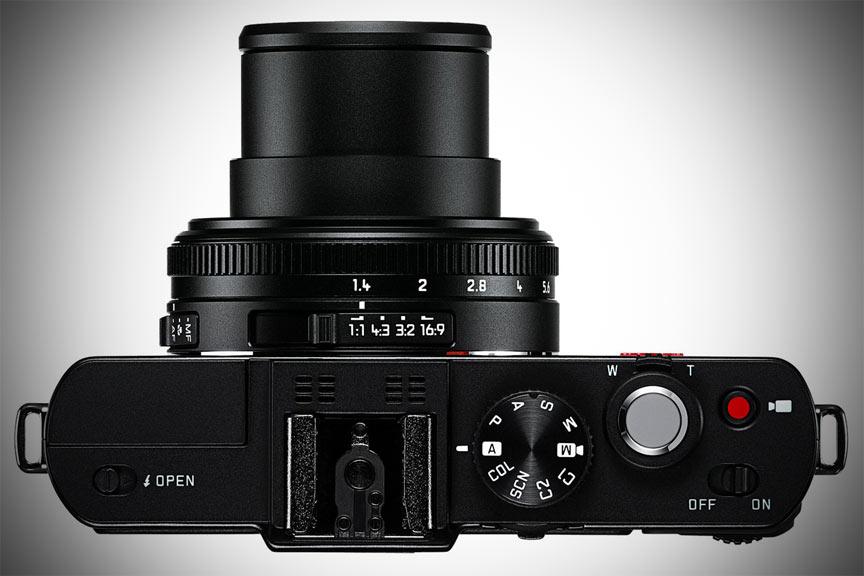 Aparatul foto Leica DLux 6 vazut de sus cu obiectivul zoom extins.