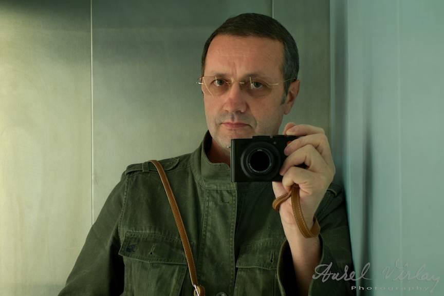 Aparatul foto Leica DLux6 poate fi purtat cu o mica curea de mana.